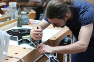 Mario Brüggen entfernt die Bünde einer Gibson Custom